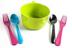 有匙子和叉子的碗 库存图片