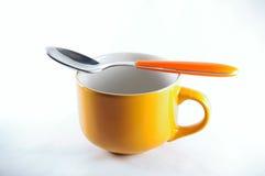 有匙子的早餐杯子 免版税图库摄影