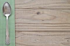 有匙子的木和绿色格子花呢披肩 免版税库存图片