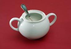 有匙子的白色瓷糖罐 免版税库存图片