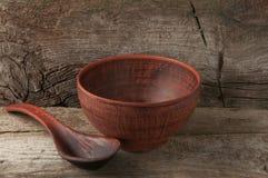 有匙子的空的黏土碗 库存图片