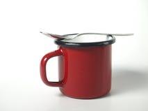有匙子的红色杯子 库存图片