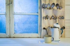 有匙子的芳香杯子和咖啡罐在冬天 库存图片