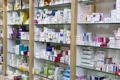 有医学和药物片剂和食品添加剂的药房内阁 库存图片