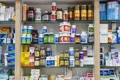 有医学和药物片剂和食品添加剂的药房内阁 图库摄影