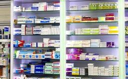 有医学和药物片剂和食品添加剂的药房内阁 免版税库存照片