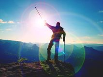 有医学拐杖的远足者在头上达到了个人目标 残破的膝盖 库存照片