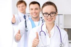 有医护人员的在医院,赞许愉快的医生妇女 免版税库存图片