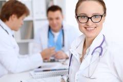 有医护人员的愉快的医生妇女医院的 免版税库存图片
