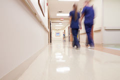 有医护人员的繁忙的医院走廊 图库摄影