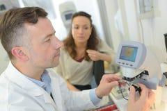 有医疗手扶的设备的医生 图库摄影