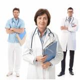 有医科学生的有经验的女性医生 图库摄影