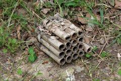 有十六射击的非职业烟火制造术烟花箱子在自然使用后放弃了 库存图片