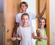 有十几岁的男孩会议的两个女孩在门道入口 免版税库存照片