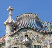 有十字架的住处Batllo的烟囱和屋顶由安东设计了 免版税库存照片