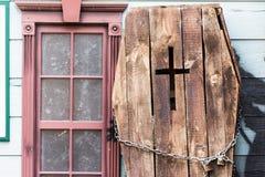 有十字架的老黑暗的木棺材 库存图片