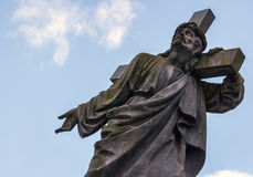 有十字架的耶稣在他的肩膀 卡片 文本的空间 免版税库存照片