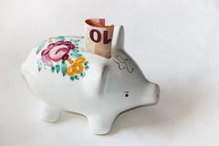 有十欧元钞票的色彩强烈存钱罐 库存照片