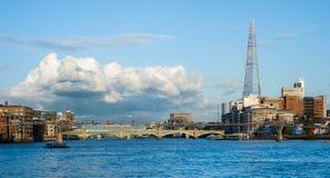 有千年桥梁和碎片的泰晤士河在伦敦 免版税库存照片