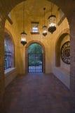 有升垂悬的光的被成拱形的走廊 图库摄影