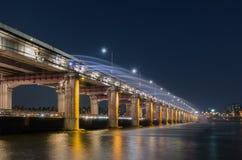 有半坡桥梁彩虹喷泉的汉江在汉城,韩国(lo 库存照片