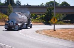 有半坦克拖车的大半船具卡车c运输的  免版税库存图片