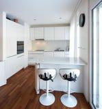 有半岛的现代白色厨房 库存照片