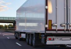 有半拖车的卡车沿路移动 库存照片