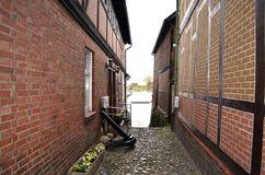 有半木料半灰泥的房子的历史鹅卵石胡同一个雨天 免版税库存图片