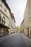 有半木料半灰泥的房子的街道 免版税图库摄影