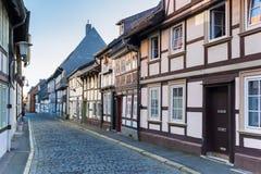 有半木料半灰泥的房子的铺有鹅卵石的街道在G的中心 库存图片