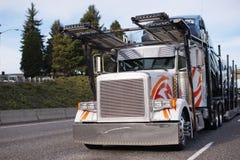 有半汽车搬运工拖车赛跑的经典大半船具卡车 图库摄影