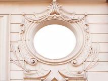 有华丽装饰灰泥造型框架的古老砖墙 免版税图库摄影