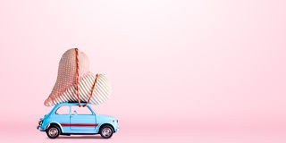 有华伦泰心脏的减速火箭的玩具汽车 免版税库存照片