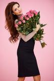 有华伦泰玫瑰的性感的妇女 免版税库存照片