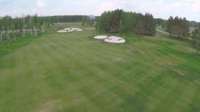有华美的绿色和沙子地堡的空中高尔夫球场 在高尔夫球场的鸟瞰图有华美的绿色和池塘的 高尔夫球 免版税库存图片