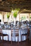 有华美的花花束的结婚宴会大厅 图库摄影