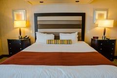 有单人床的旅馆客房 库存照片