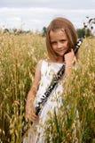 有单簧管的女孩 免版税库存照片