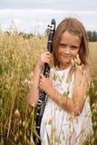 有单簧管的女孩 库存图片