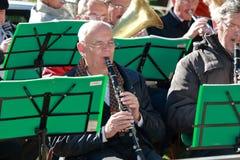 有单簧管的音乐家在第一行 免版税库存图片