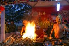 有卖在灯笼展示的面具的叫卖小贩烤肉,成都,瓷 免版税图库摄影
