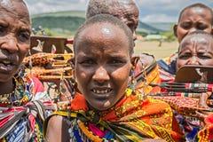 有卖自创纪念品的传统首饰的Maasai妇女 免版税库存图片