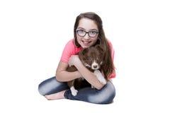 有博德牧羊犬小狗的女孩 免版税图库摄影