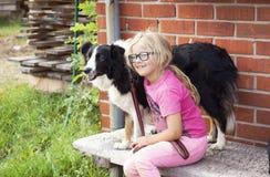 有博德牧羊犬狗的女孩在农场 免版税库存照片