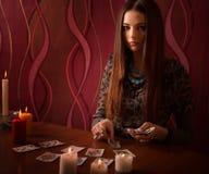 有占卜卡片的妇女在屋子里 免版税图库摄影