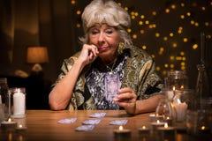 有占卜用的纸牌的占卜者 免版税图库摄影