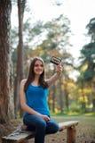 有卡型盒式录音机的女孩在她的手上 免版税库存图片