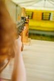 有卡拉什尼科夫攻击步枪的小女孩 图库摄影