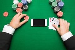 有卡片、智能手机和芯片的赌博娱乐场球员 免版税库存图片